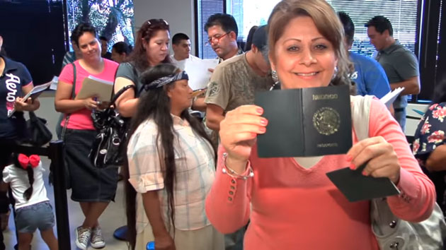 Ciudadanos de México renovando su pasaporte