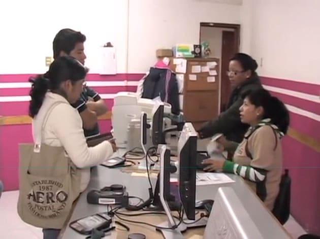 Ciudadanos de México obteniendo la credencial IFE